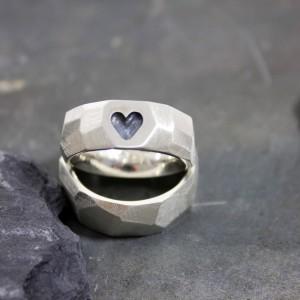 Ringe 925/- Silber mit vertieftem Herz geschwärzt, breit