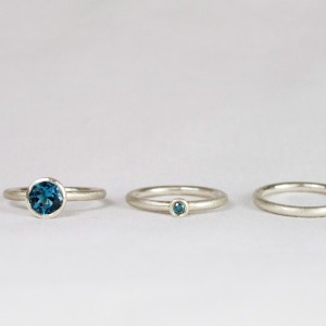 """Anton: 925/- Silber mit Topas """"london blue""""; Pünktchen: 925/- Silber mit Brillant """"ocean blue""""; Ring 925/-Silber"""