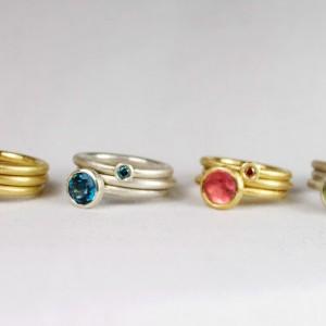 """Pünktchen: 750/- Gelbgold mit Brillant """"champagner"""", Ring 750/- Gelbgold, Anton: 750/- Gelbgold mit Topas weiß Pünktchen: 925/- Silber mit Brillant """"ocean blue"""", Ring 925/- Silber, Anton: 925/- Silber mit Topas """"london blue"""" Pünktchen: 750/- Gelbgold mit Brillant """"rotbraun"""", Ring 750/- Gelbgold, Anton: 750/- Gelbgold mit rosa Turmalin Pünktchen: 925/- Silber mit Brillant """"forrest green"""",  Pünktchen: 925/- Silber und 750/- Gelbgold mit Brillant, Anton: 925/- Silber mit grünem Turmalin"""
