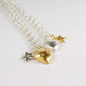 """Ketten aus 925/- Silber mit flachem Herz """"gemeißelt"""" und gestempelten Sternen; teilweise Feingold vergoldet"""