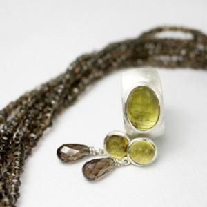 Rauchquarzstränge; Ring 925/- Silber mit grünem Turmalin; Ohrstecker 925/- Silber mit grünem Turmalin und Rauchquarzpampel